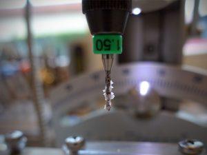Wir verglasen unsere Brillen in der eigenen Werkstatt von Optik Schulze